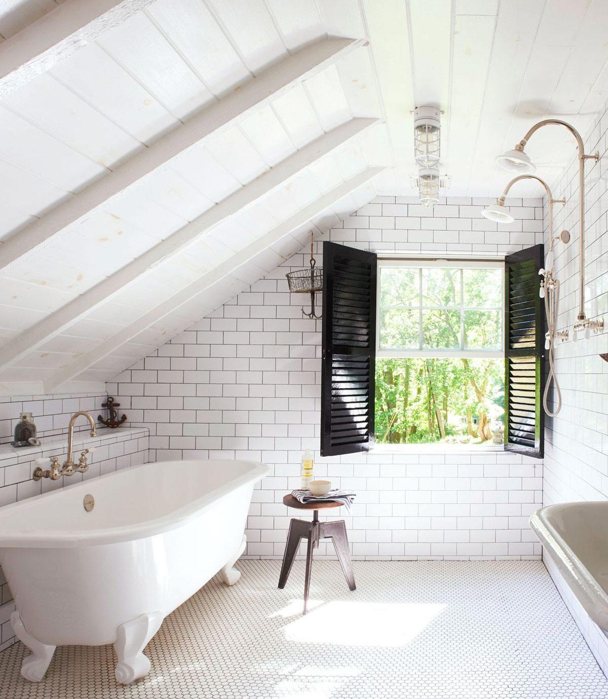 Tận dụng tầng gác mái để thiết kế nhà tắm tràn đầy ánh nắng